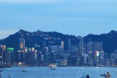 Hong Kong på natten från över Victoria Harbor Fotografering för Bildbyråer