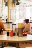 Hong Kong Październik 7, 2016: Ocet, soja kumberland, chili oliwi, cukrowy słój i chopsticks na stole tradycyjni chińskie bakłasz Zdjęcia Stock