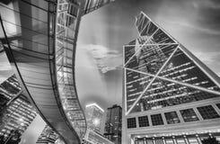 Hong Kong par nuit Passage piétonnier au-dessus de niveau et de sur de rue Photos libres de droits