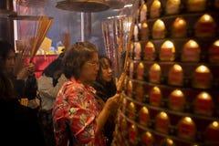 Hong Kong porslin - march17,2019: oidentifierat folk som ber i Hung Hom Kwun Yum Temple en av mest viktigt i det kowloon omr?det royaltyfri fotografi