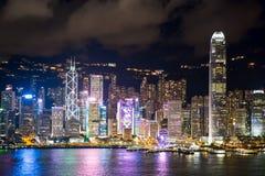 Hong-Kong S A r , China - 14 de julio de 2017 La señal y Victoria de Hong Kong abrigan escena de la noche de Kowloon Imagen de archivo libre de regalías