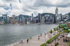 Hong Kong, SAR China - cerca do julho de 2015: Skyline de Hong Kong Downtown e da avenida das estrelas, Hong Kong Fotos de Stock Royalty Free