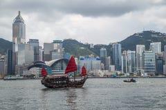 Hong Kong, SAR China - circa im Juli 2015: Chinesisches Kramboot segelt in Victoria Harbour, Hong Kong Stockbilder