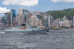 Hong Kong, SAR China - circa Juli 2015: Chinees de torpedojagerschip van de Marine militair kruiser in Hong Kong, Victoria Harbou Stock Foto's