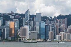 Hong Kong, SAR Chiny około Lipiec 2015 -: Linia horyzontu Hong Kong śródmieście przez Wiktoria schronienie Zdjęcie Royalty Free