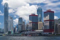 Hong Kong, SAR Chiny około Lipiec 2015 -: Linia horyzontu Hong Kong śródmieście przez Wiktoria schronienie Zdjęcie Stock