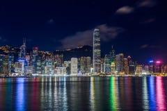 Hong Kong, SAR Chiny około Lipiec 2015 -: Linia horyzontu Hong Kong śródmieście przez Wiktoria schronienie nocą Obrazy Stock