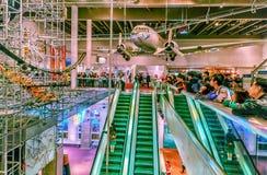 Hong Kong Science Museum-Innenraumansicht Leuteuhranziehungskräfte, die verschiedene körperliche Phänomene zeigen Lizenzfreie Stockfotos