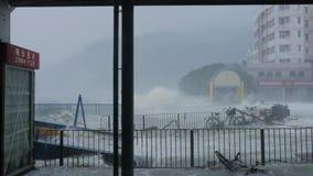 HONG KONG - 16 SEP, 2018: Orkaantyfoon Mangkhut dichtbij veerbootpijler stock footage