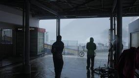 HONG KONG - 16 SEP, 2018: Orkaantyfoon Mangkhut dichtbij veerbootpijler, Mui Wo, Lantau stock videobeelden