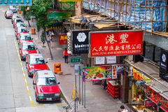 Hong Kong - September 22, 2016: Rode taxi op de weg, Hong Kong ' royalty-vrije stock foto's