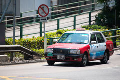 Hong Kong - September 22, 2016: Rode taxi op de weg, Hong Kong ` royalty-vrije stock foto