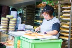Hong Kong, 24 September 2016:: Vers bak brood van oven voor royalty-vrije stock fotografie
