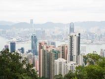 Hong Kong sikt av staden och fjärden från Victoria Peak på molnig dag Royaltyfri Fotografi