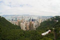 Hong Kong sikt av staden och fjärden från Victoria Peak på molnig dag Arkivfoto