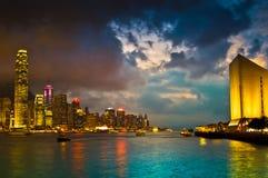 Hong Kong Skylight bij schemerlandschap Stock Afbeelding