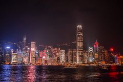 Hong Kong Skyline chiarito dal Tsim Sha Tsui Promenade durante la notte fotografie stock