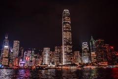 Hong Kong Skyline reflejó en el agua de Victoria Harbour imagen de archivo