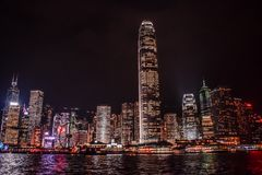 Hong Kong Skyline reflektierte sich im Wasser Victoria Harbours stockbild