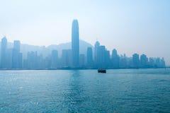 Hong Kong Skyline y Victoria Harbor en un día nebuloso Imágenes de archivo libres de regalías