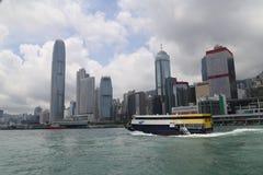 Hong Kong Skyscrapers achter Boot Royalty-vrije Stock Foto's