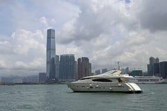 Hong Kong Skyscrapers detrás del barco Fotos de archivo libres de regalías