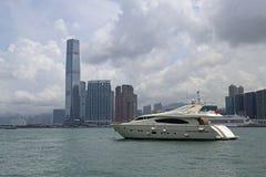 Hong Kong Skyscrapers detrás del barco Imagen de archivo libre de regalías