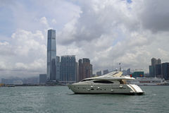 Hong Kong Skyscrapers hinter Boot Lizenzfreie Stockfotos