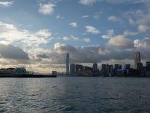 Hong Kong Skyscrapers visto do barco que cruza Victoria Harbour fotografia de stock royalty free