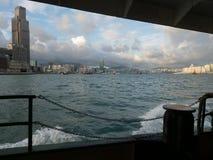 Hong Kong Skyscrapers visto do barco que cruza Victoria Harbour imagem de stock