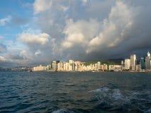 Hong Kong Skyscrapers visto do barco que cruza Victoria Harbour foto de stock royalty free