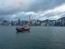 Hong Kong Skyscrapers visto do barco que cruza Victoria Harbour foto de stock