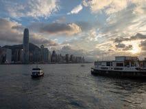 Hong Kong Skyscrapers visto do barco que cruza Victoria Harbour fotos de stock