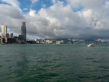 Hong Kong Skyscrapers visto do barco que cruza Victoria Harbour imagens de stock royalty free