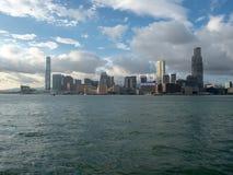 Hong Kong Skyscrapers visto do barco que cruza Victoria Harbour imagens de stock