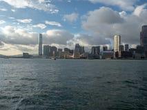 Hong Kong Skyscrapers visto do barco que cruza Victoria Harbour fotos de stock royalty free