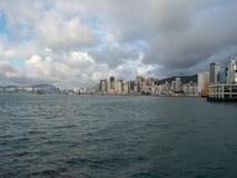 Hong Kong Skyscrapers visto do barco que cruza Victoria Harbour imagem de stock royalty free