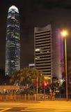 Hong Kong skyskrapor vid natt med en mitt för internationell finans Fotografering för Bildbyråer