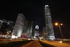 Hong Kong skyskrapor vid natt med mitten för internationell finans en och två Royaltyfria Bilder