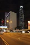 Hong Kong skyskrapor vid natt med mitten för internationell finans två och mittbyggnaden Royaltyfri Bild