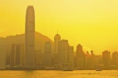 Hong Kong solnedgång på Victoria Harbor Arkivbilder