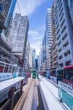 Hong Kong spårvägar, riktningar för spårvagnar för Hong Kong ` s inkörda två -- östliga och västra passagerare lutar tillbaka som arkivfoto