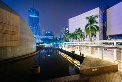 Hong Kong Space Museum y el museo de arte en la noche, en Tsim S Foto de archivo libre de regalías