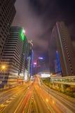 Hong Kong stad & x28; central& x29; och trafik av gatan på natten royaltyfri foto