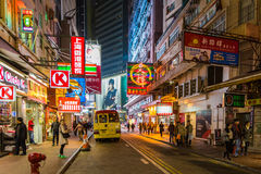Hong Kong stadsgator på natten Arkivbild
