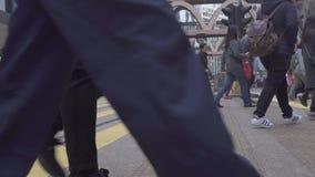 Hong Kong-Stadt, China - Mai 2019: Fußgängerübergangzebrastreifen auf Stadtstraße Mengenstadtmenschen, die auf Kreuzungen gehen stock video