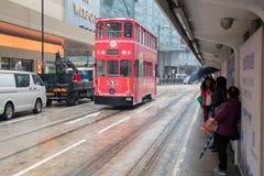 Hong Kong-Stadtbildansicht mit doppelstöckiger elektrischer Tram Lizenzfreies Stockbild
