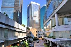 Hong Kong, Straße unter modernen Gebäuden Stockfoto