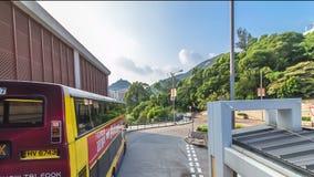 Hong Kong-Straßen sehen timelapse vom offenen touristischen Bus während des Reisens Hong Kong-Insel an stock footage