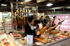 HONG KONG, STYCZEŃ - 04: Dziewczyna pokrajać Włoskiego baleron, prosciutto, w supermarkecie Zdjęcia Stock